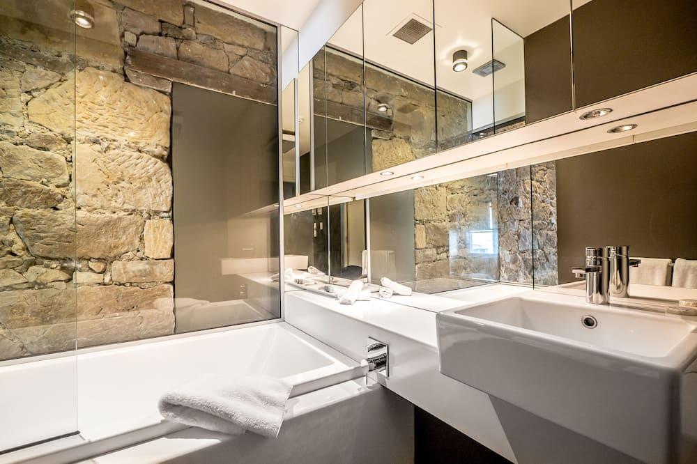 1st Floor Studio Apartment - Collins - Bathroom