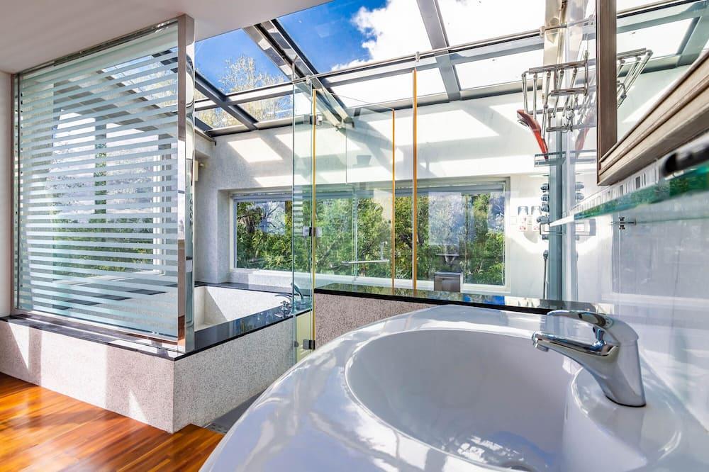 غرفة مزدوجة - بحوض استحمام - بمنظر للبحر - حمّام