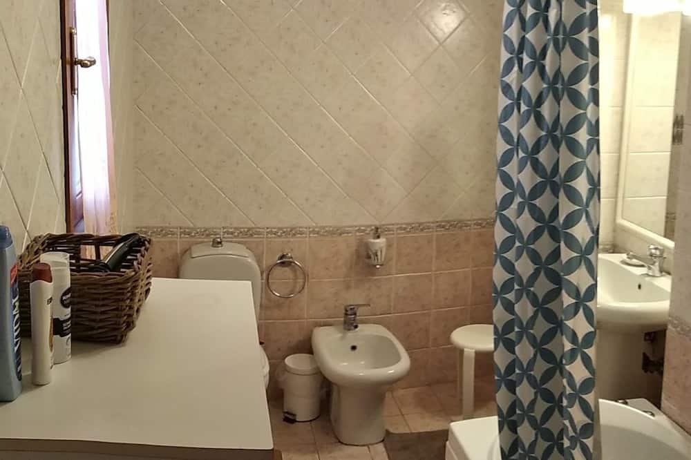 Classic-Dreibettzimmer, Gemeinschaftsbad - Badezimmer