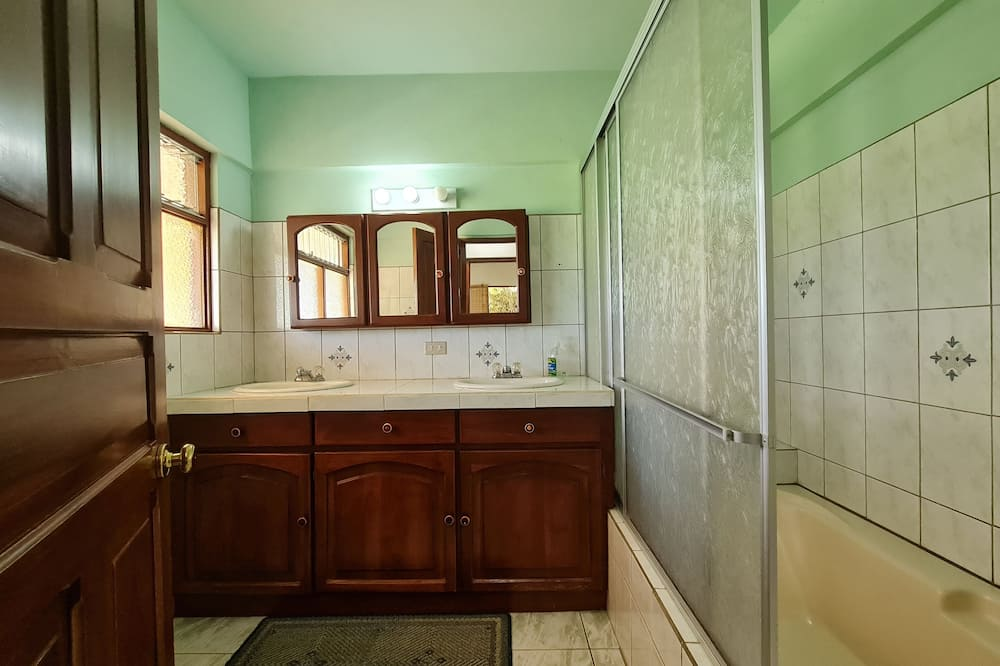 Стандартний чотиримісний номер, 2 спальні, для некурців, спільна ванна - Ванна кімната