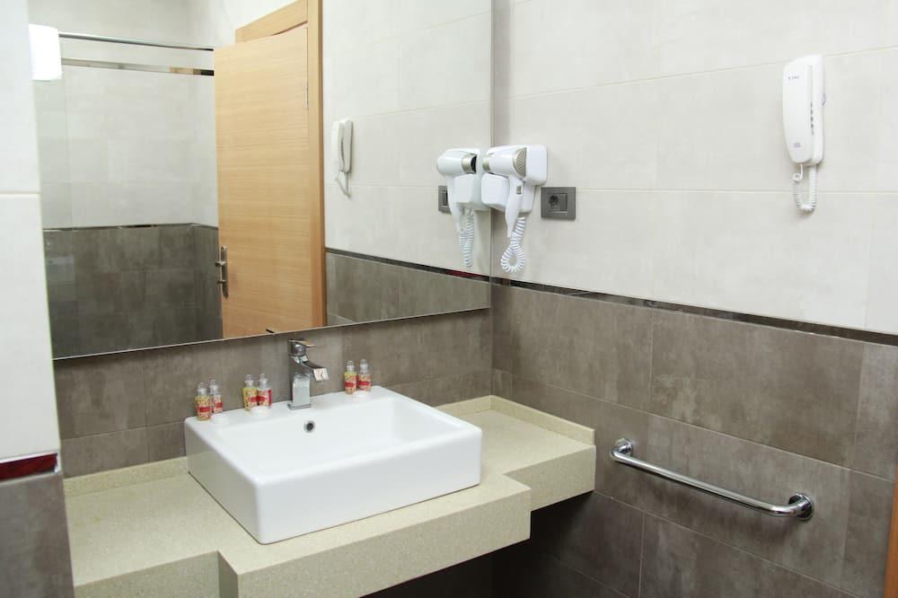 Standard Quadruple Room, Smoking, City View - Bathroom
