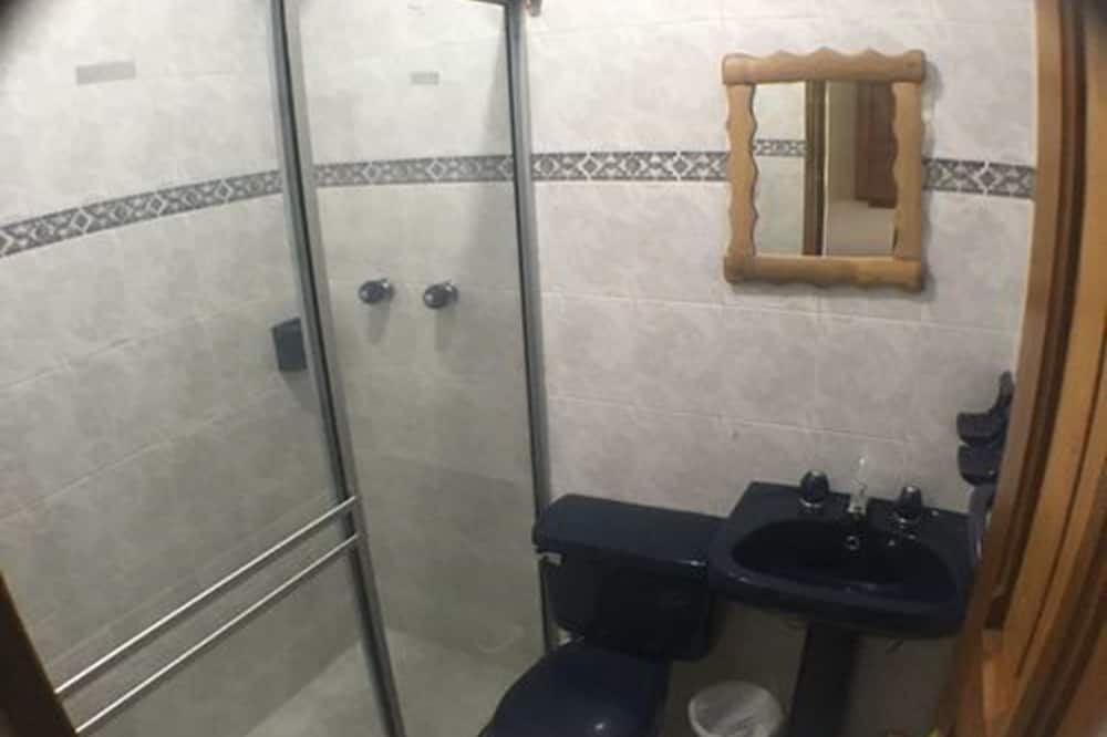 Standard Quadruple Room, Multiple Beds, Non Smoking - Bathroom