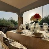 Villa con aire acondicionado rodeada de vegetación cerca del mar con capacidad para hasta 8 personas