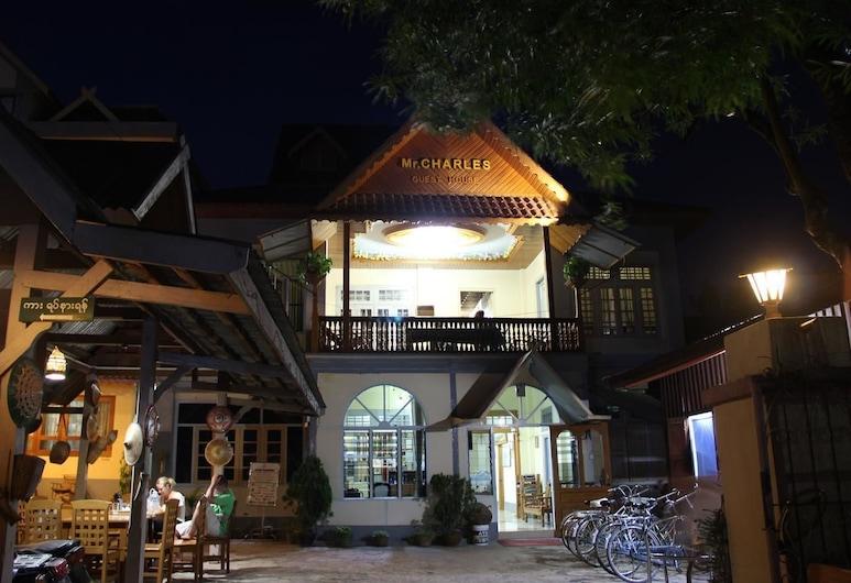 Mr. Charles Guest House - Hostel, Sīpo, Viesnīcas priekšskats vakarā/naktī