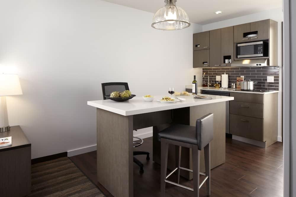 Люкс, 1 спальня, для людей с ограниченными возможностями, ванна (2 queenbed & 1 sofabed) - Обед в номере