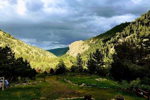 魅力的な3ベッド、1山風呂、美しい山の景色、家具付きのキャビン9。