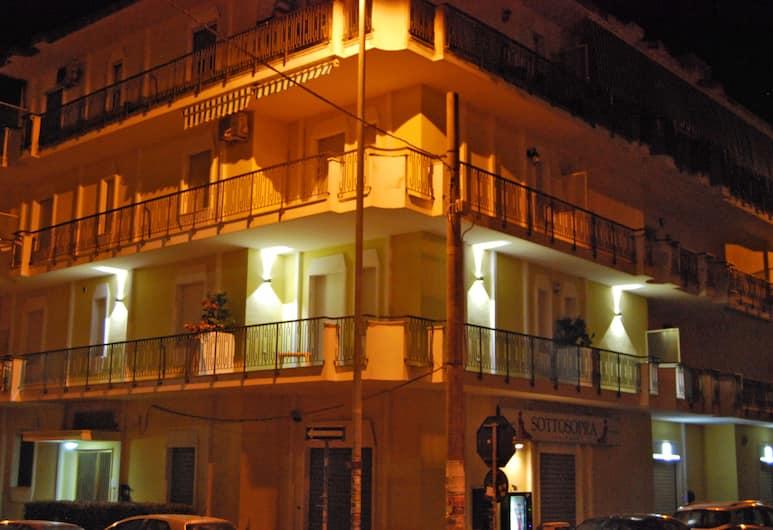 Ventidimaregallipoli, Gallipoli, Viesnīcas priekšskats vakarā/naktī