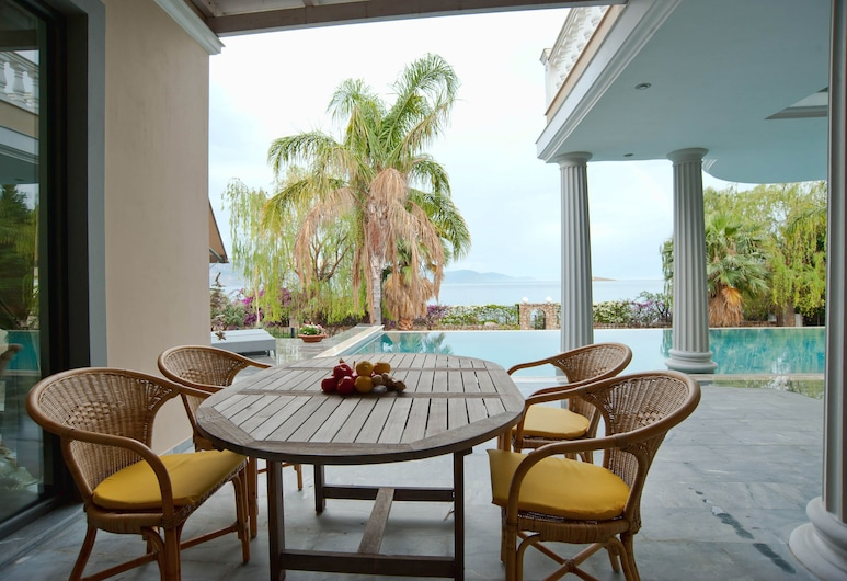 Private Sea Side Villa With Beach Front, ديلفي, حمام سباحة