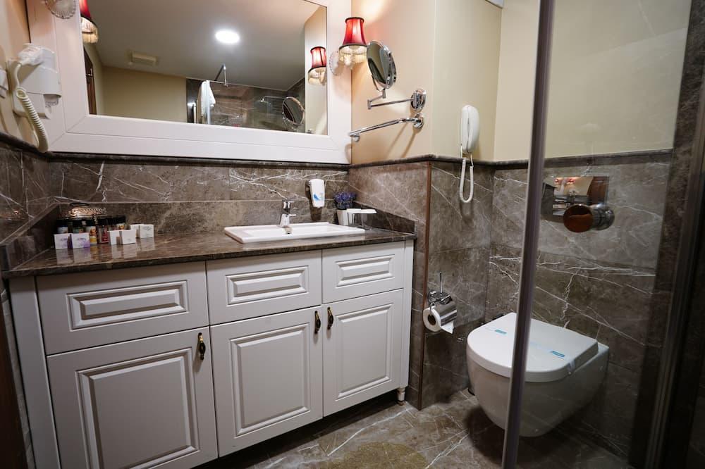 Standard Τρίκλινο Δωμάτιο - Νιπτήρας μπάνιου