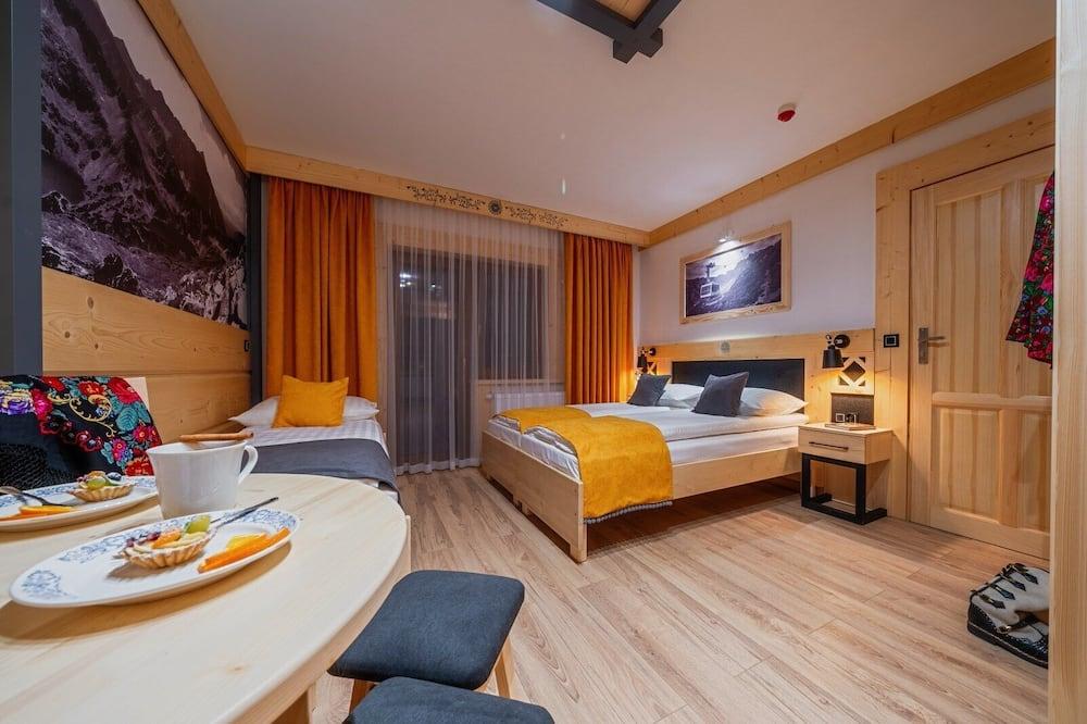 Deluxe-Vierbettzimmer, Balkon - Wohnbereich