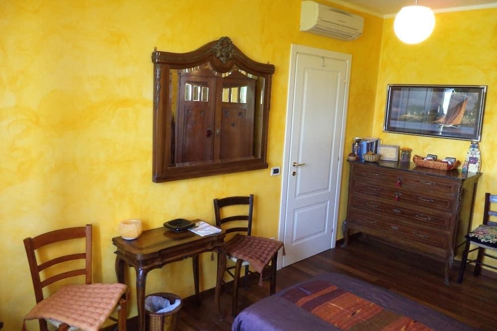 Kambarys (1 dvigulė / 2 viengulės lovos), bendras vonios kambarys, vaizdas į sodą - Svetainės zona