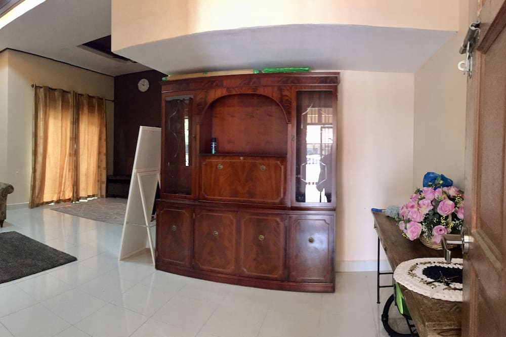 House, Multiple Beds, Smoking - Hotel Entrance