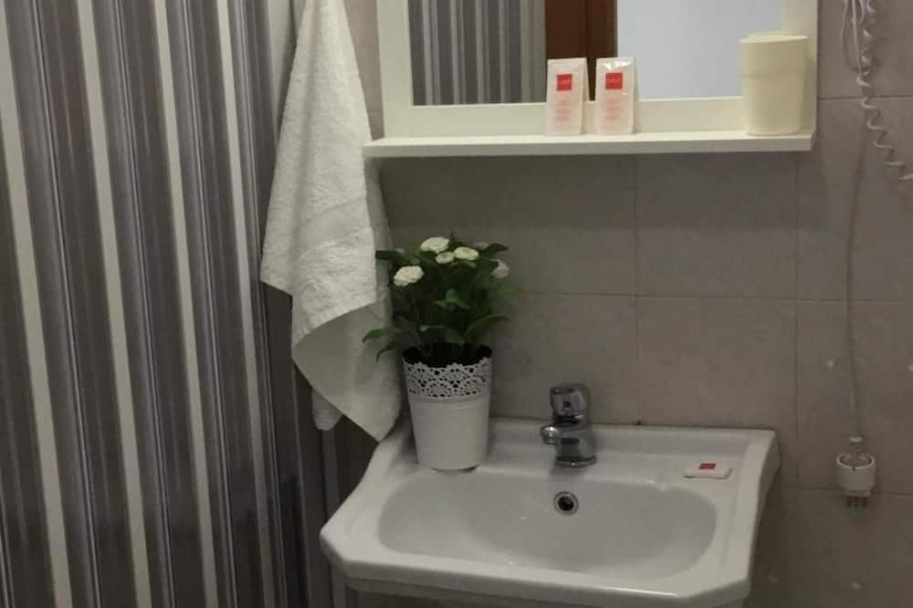Twin Room, 2 Single Beds, Non Smoking - Bathroom
