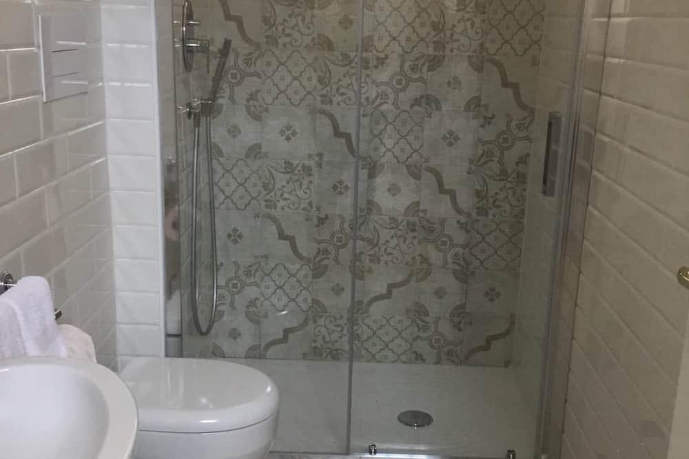 Family Quadruple Room, 1 Bedroom, Kitchenette, Courtyard Area - Bathroom
