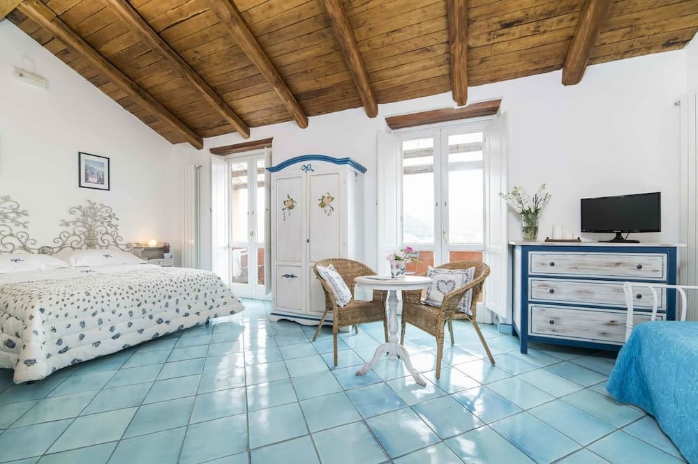 Triple Room, Multiple Beds, Non Smoking - Living Area