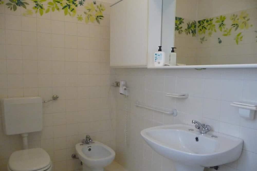 Klasikinio tipo kambarys (1 dvigulė / 2 viengulės lovos), 1 didelė dvigulė lova, Nerūkantiesiems - Vonios kambarys