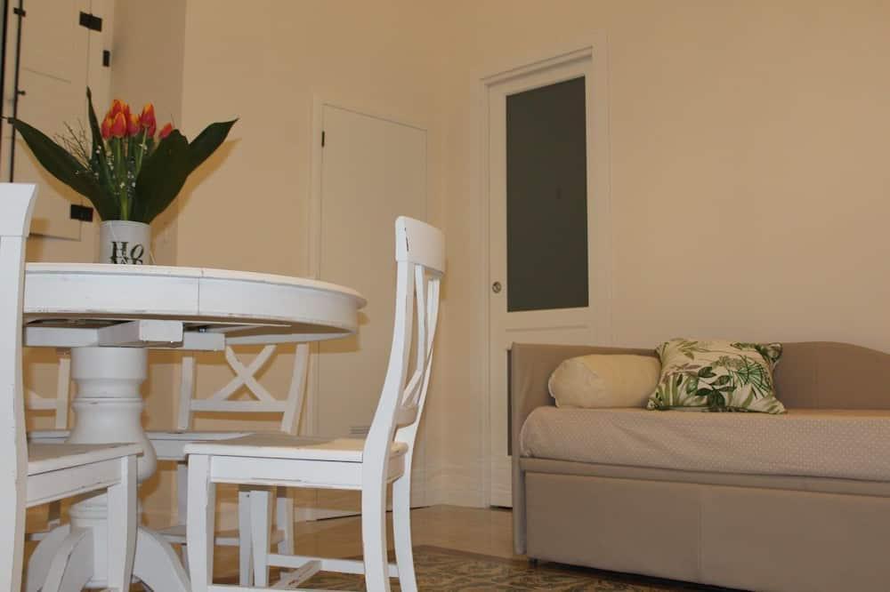 ห้องพักสำหรับสี่ท่าน, เตียงควีนไซส์ 1 เตียง และโซฟาเบด, ห้องครัวขนาดเล็ก (Naaro) - ห้องนั่งเล่น