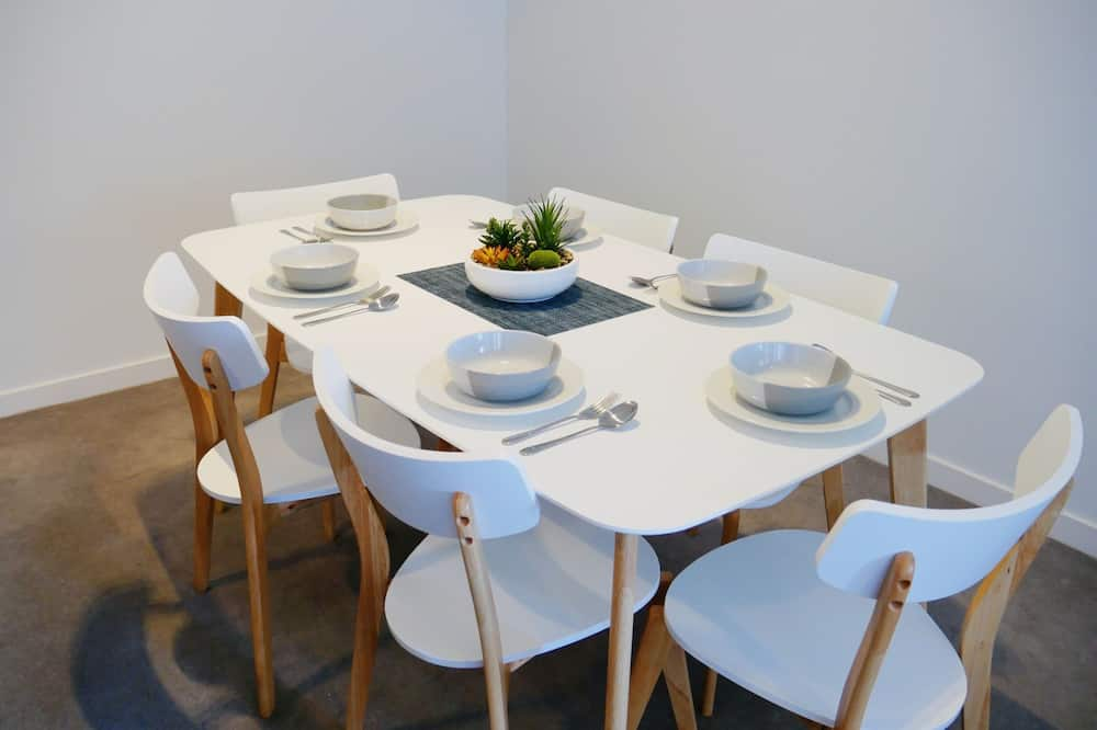 Business Apartment, 2 Bedrooms, City View - In-Room Dining