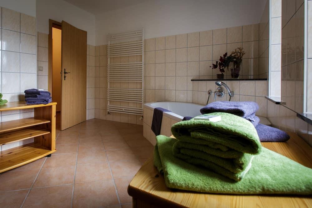 Family Room, 2 Queen Beds, Non Smoking - Bathroom