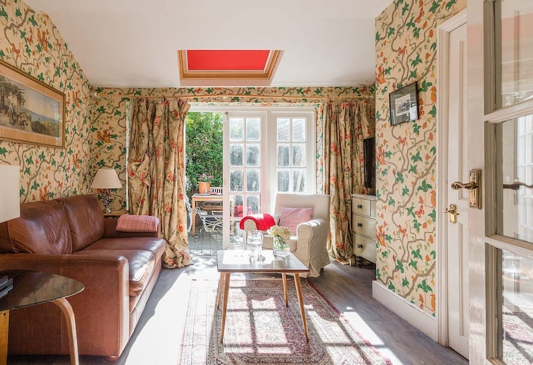 Traditional and Colourful 2BR Garden Flat in Parsons Green, Londra