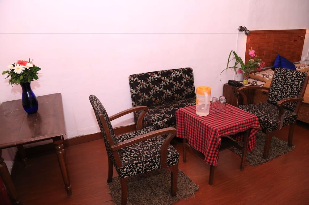 Economy Room, 1 Queen Bed, Smoking - Living Area