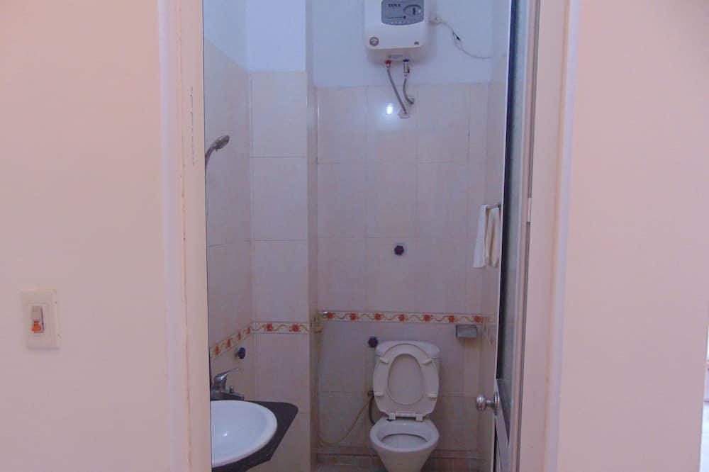 Deluxe-Vierbettzimmer, Balkon - Badezimmer