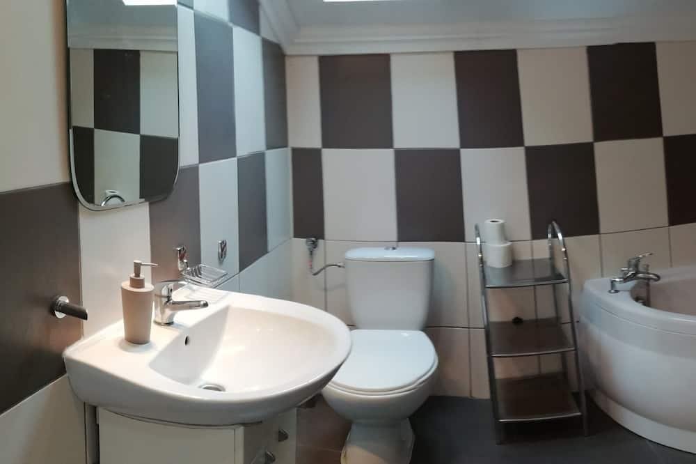 Basic Quadruple Room, Shared Bathroom - Bathroom