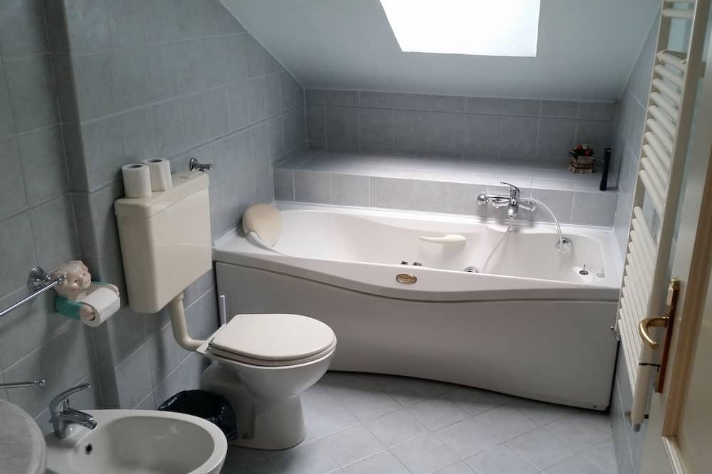 Szoba kétszemélyes ággyal, privát fürdőszoba, kapcsolódó épület (400 meters from main building) - Fürdőszoba