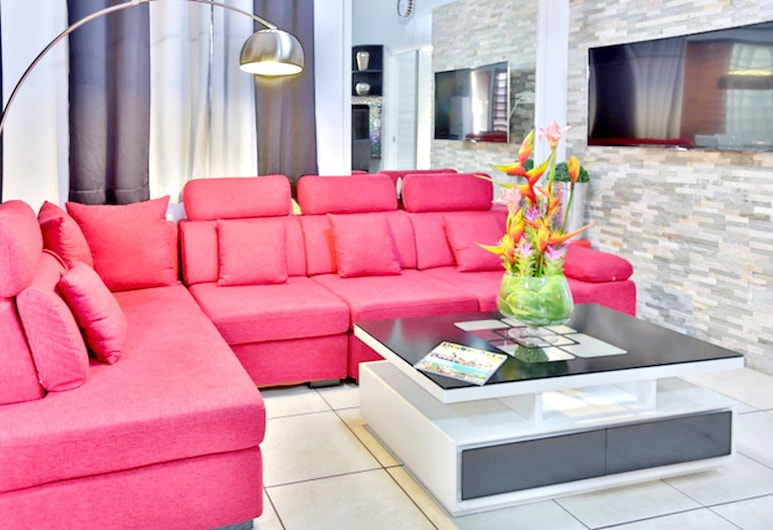 House With 2 Bedrooms in Puna'auia, With Enclosed Garden and Wifi, Punaauia, סלון