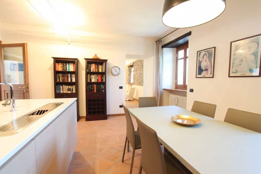 Villa, 3Schlafzimmer - Essbereich im Zimmer