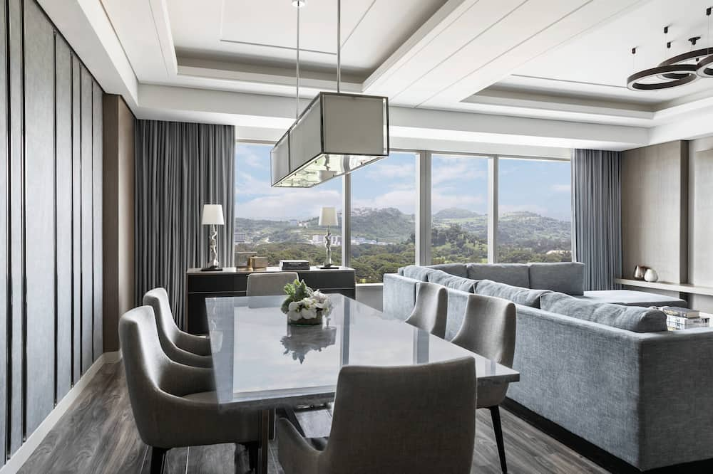 Apartament typu Executive Suite, Łóżko king, dla niepalących, widok na pole golfowe - Wyżywienie w pokoju