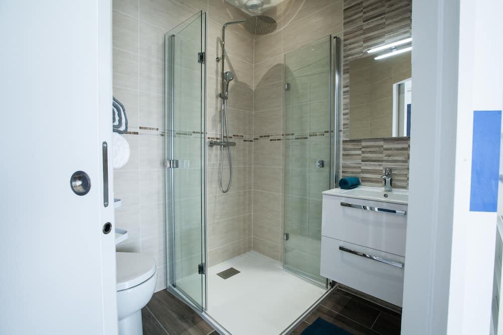 Phòng đôi có thiết kế đặc sắc, 1 giường cỡ queen - Phòng tắm