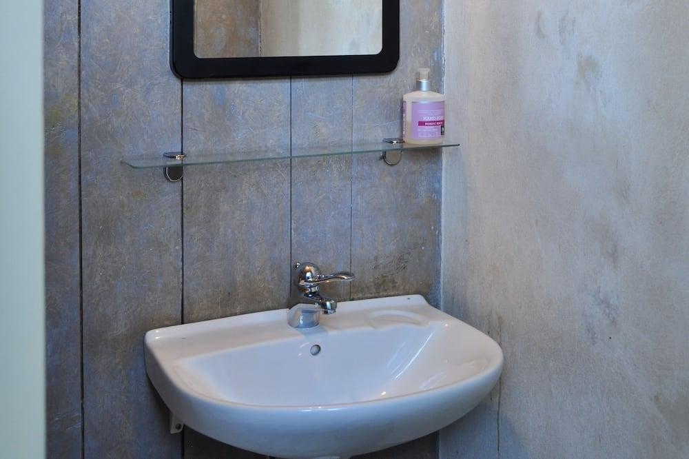 Double Room, shared bathroom - חדר רחצה