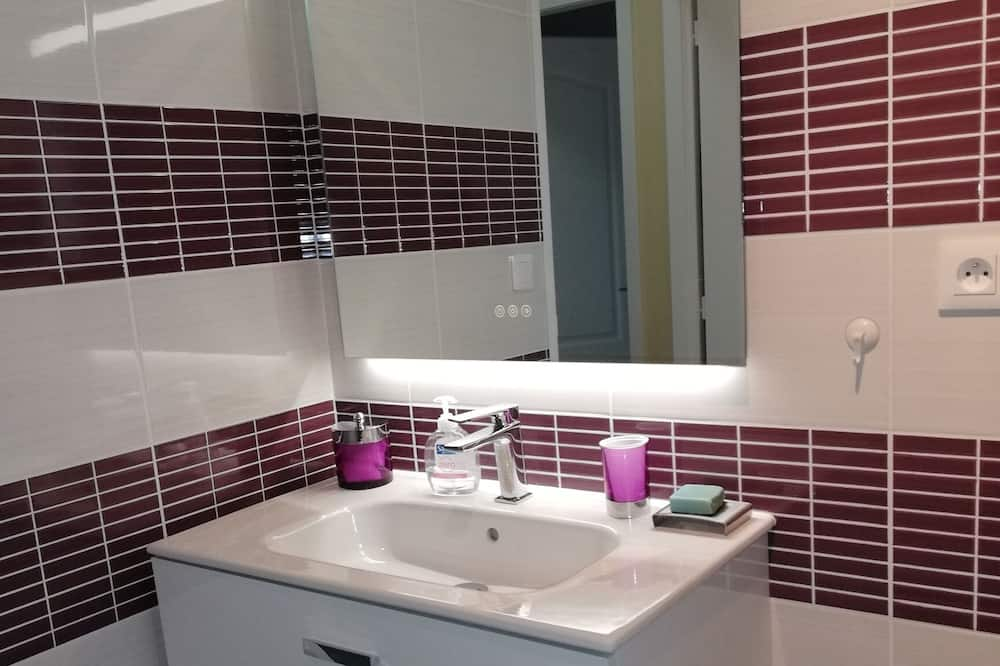 Double Room, Accessible (Mauve) - Bathroom