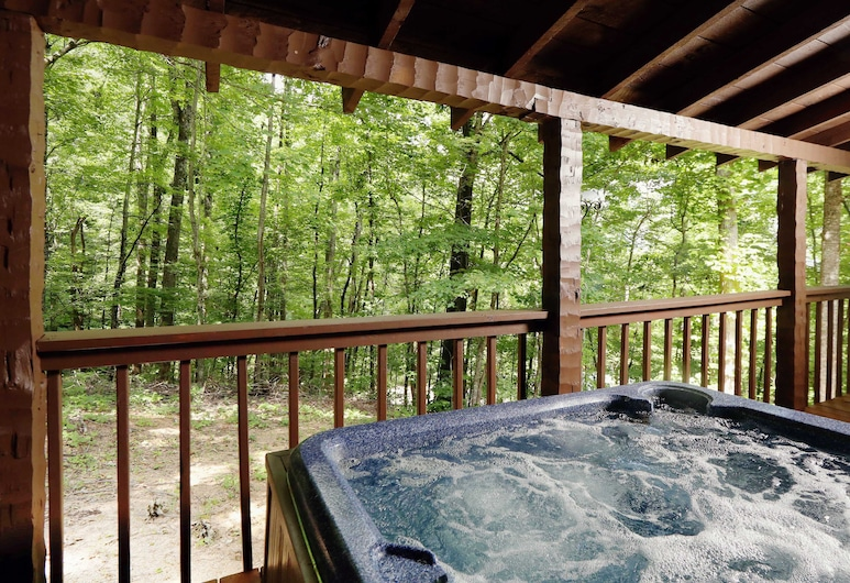 A Secluded Retreat 216 - Two Bedroom Cabin, Pigeon Forge, Outdoor Spa Tub
