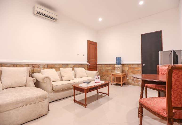 OYO 135 Menteng Guest House, Jakarta, Family Suite, Lobby Sitting Area