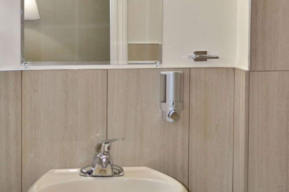 Room, 1 Queen Bed, Non Smoking, Refrigerator - Bathroom