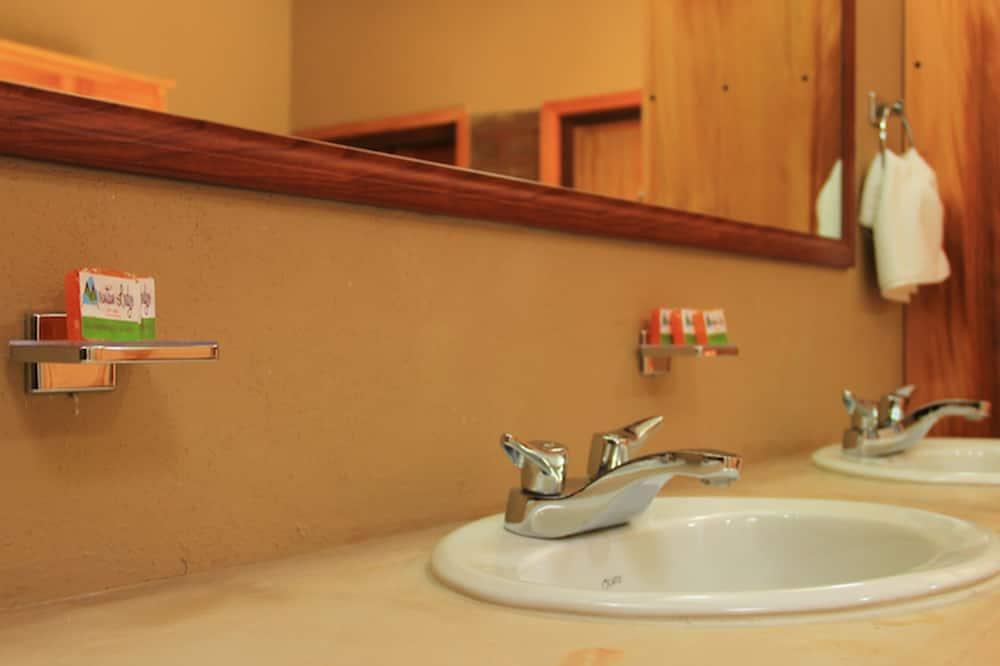 Classic Dört Kişilik Oda, 2 Çift Kişilik Yatak, Sigara İçilmez - Banyo Lavabosu