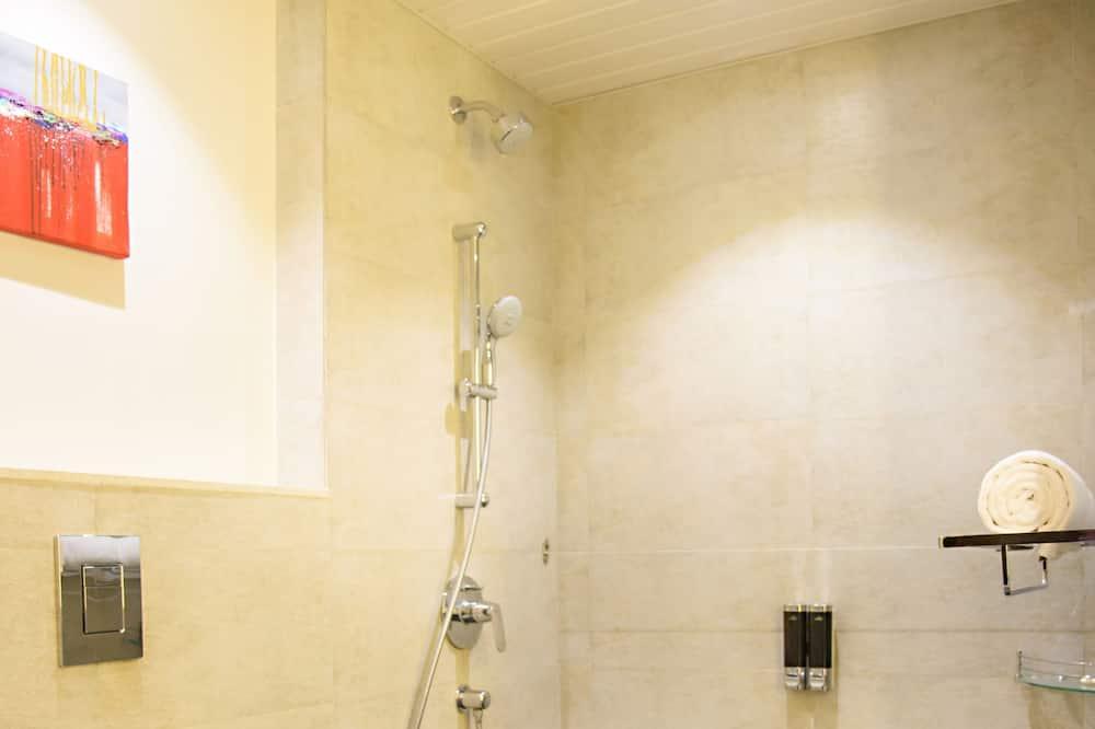 Habitación superior con 1 cama doble o 2 individuales, 1 cama individual - Baño