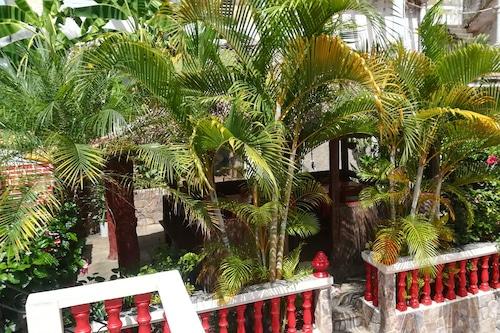 馬魯娜別墅旅館/