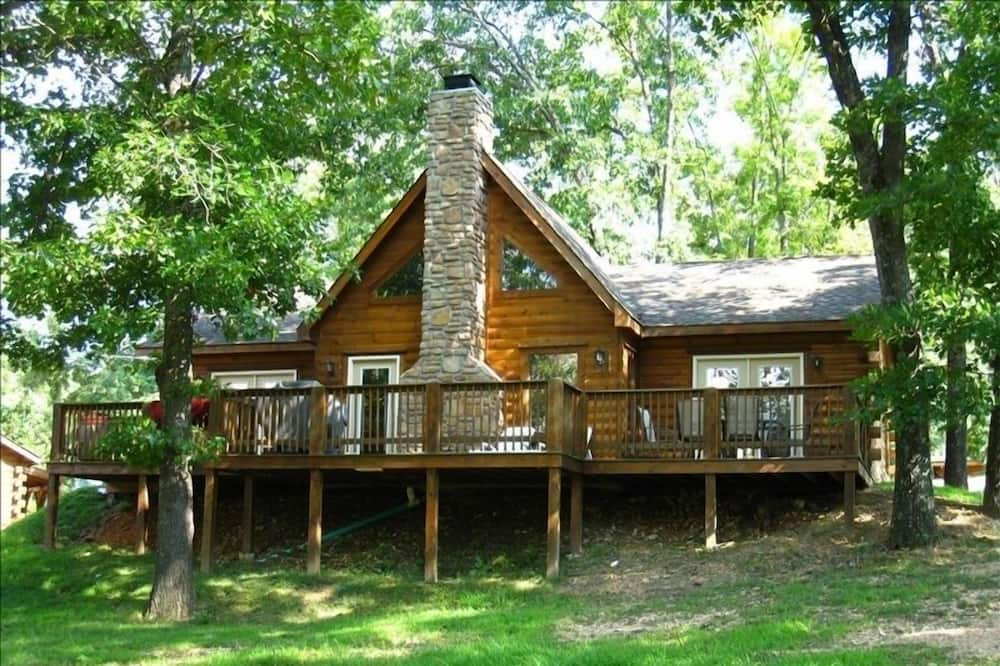 Luxury 3 BR/2BA Real Log Cabin-W/ Private Hot Tub!