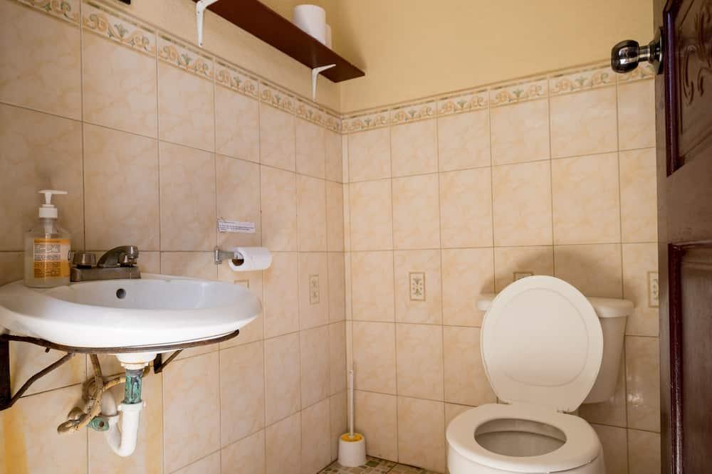 Basic Quadruple Room, Multiple Beds, Non Smoking (2 bunk beds) - Bathroom