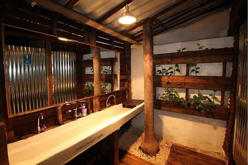 Phòng tập thể tiện nghi đơn giản, Phòng tập thể nam và nữ - Phòng tắm