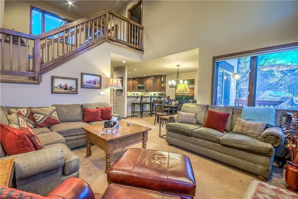 Exclusive Townhome, 4 Bedrooms, Non Smoking - Living Room