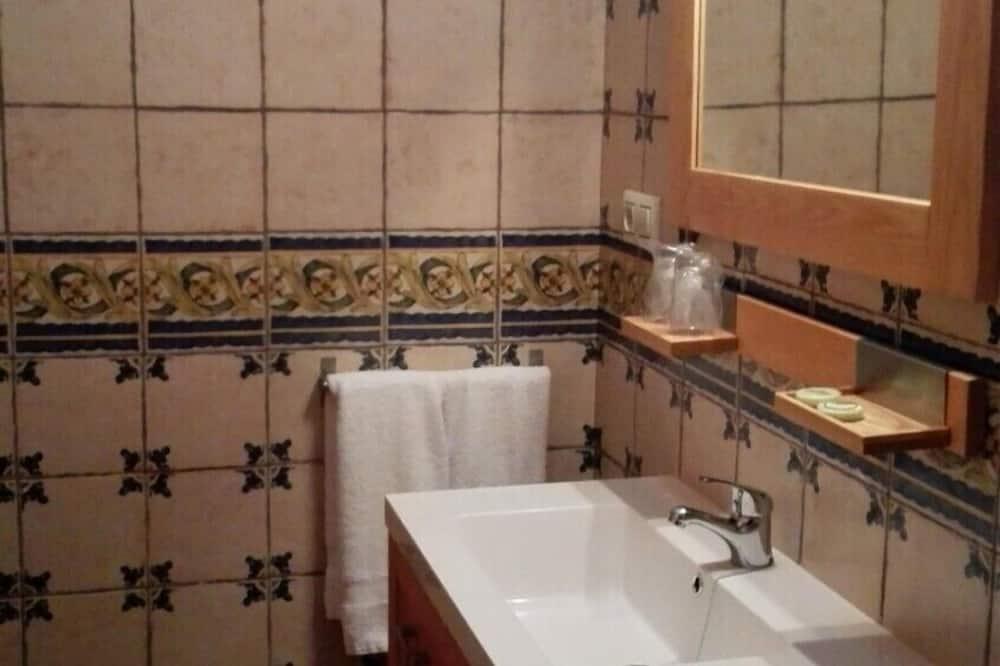 Tek Büyük veya İki Ayrı Yataklı Oda, 2 Tek Kişilik Yatak - Banyo