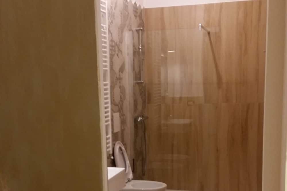 Улучшенный трехместный номер, первый этаж - Ванная комната