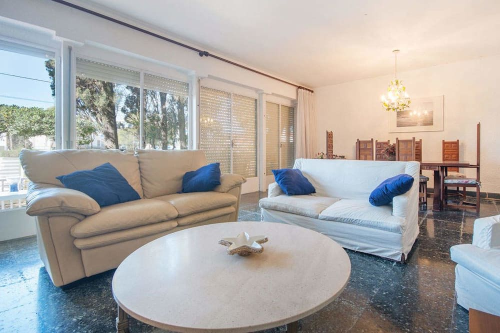 Apartment, 5 Bedrooms - Living Room