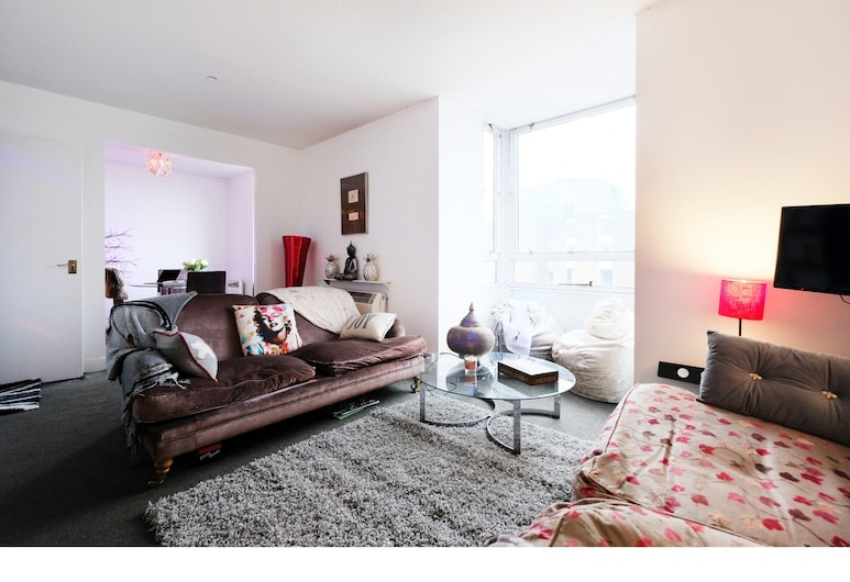 2-br Flat For 4 in Gated Complex With Pool, London
