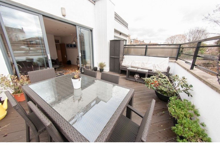 Bright and Spacious Apartment With Terrace, London