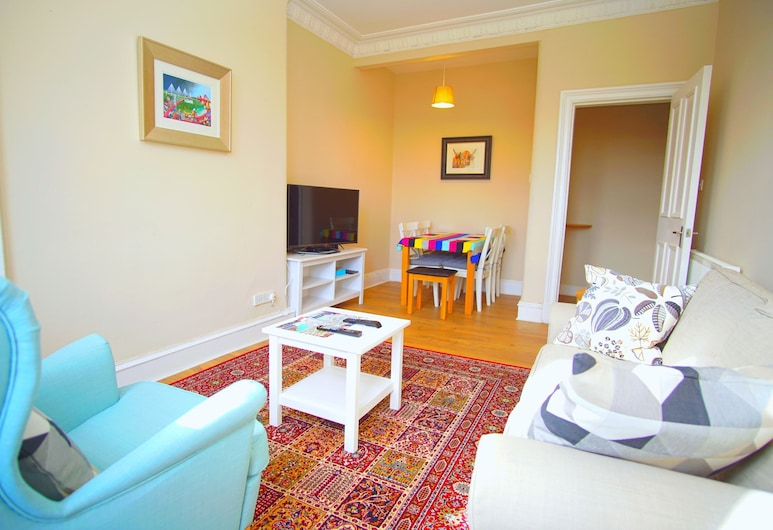 Bright & Spacious Flat 4 in Newhaven, Edinburgh, Living Area